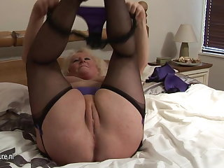 Beamy granny squirting on her bed